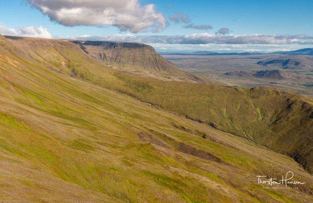 Die Esja ist ein Gebirgszug im Südwesten Islands, ca. 10 km nördlich der Hauptstadt Reykjavík. Es handelt sich um ein aus unterschiedlichsten vulkanischen Produkten sowie Sedimenten aufgeschichtetes Gebirgsmassiv, dessen höchster Punkt eine Höhe