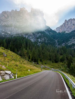 Die ersten knapp zwei Kilometer läuft man auf der ruhigen Passstraße immer ein wenig bergab...