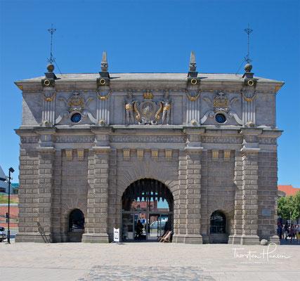 Das Hohe Tor befand sich bis 1895 im Zuge der Befestigungsanlagen zwischen der Elisabethbastei und der Karrenbastei. Es bildete die Haupteinfahrt nach Danzig von den Danziger Höhen zur Langgasse und zum Langen Markt.