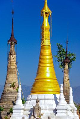 aber auch heute noch werden neue Stupas gebaut. Immer mehr alte Monumente sind inzwischen renoviert, und so hat sich ein buntes Gemisch aus Gold, Stuck und nacktem, manchmal bewachsenem Backstein entwickelt.