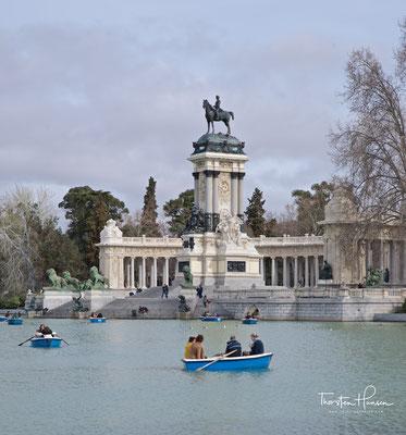 Monument für Alfons XII. am künstlichen See Estanque del Retiro