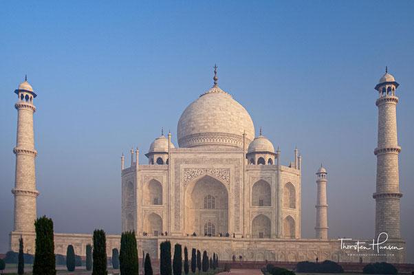 """Auf der gegenüberliegenden Seite des """"weißen"""" Taj Mahals lag eine Parkanlage mit einem großen Wasserbecken. Das weiße Taj Mahal hat sich in diesem Becken gespiegelt und erschien im Wasser schwarz."""