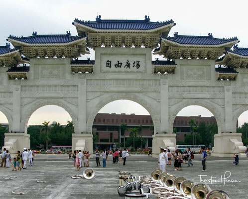 Haupteingang zur Chiang Kai-shek-Gedächtnishalle. Die Grundsteinlegung fand am 31. Oktober 1976 statt, dem 90. Geburtstag Chiangs.