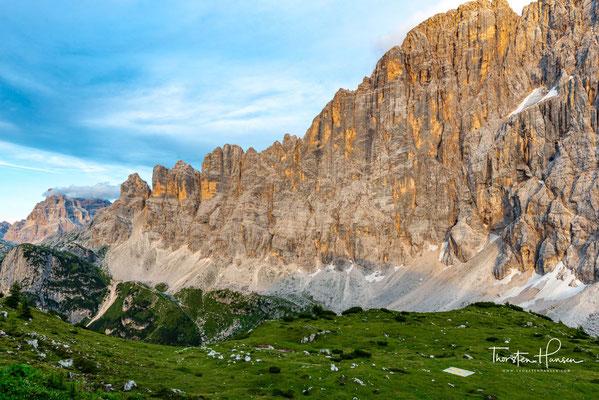 In der ersten Färbung werden die Felshänge und Schneeflächen der Gipfel vom Licht der tief stehenden Sonne erreicht und heben sich in dieser rot gefärbten Beleuchtung vom Vordergrund ab, der bereits oder noch im Dunkeln liegt.