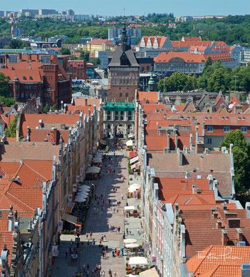 Die Langgasse aufgenommen vom Rechtstädt. Rathaus, Blick nach Westen zum Goldenen Tor