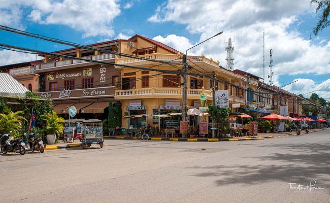 Kampot wird von Touristen wegen seiner Lage in einer der schönsten Landschaften Kambodschas und wegen seines kolonialen Charmes geschätzt.