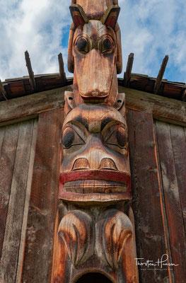 Das Museum präsentiert über 600 Exponate aus allen Lebensbereichen, darunter zeremonielle Masken, Insignien von Schamanen sowie Angel- und Jagdausrüstung.
