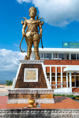 Sdech Korn Statue steht direkt am Meer in Kep