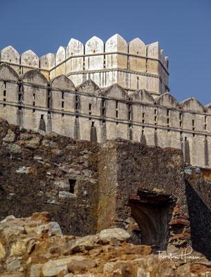 lle Sehenswürdigkeiten Chittorgarhs liegen am oder auf dem etwa 2,8 km² großen Festungsberg, der von einer 11 km langen Mauer umgeben ist.