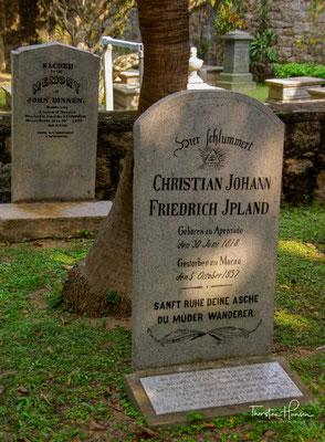 """""""Hier schlummert Christian Johann Friedrich Ipland. Geboren zu Apenrade, den 30. Juni 1818, gestorben zu Macao, den 5. Oktober 1857. Sanft ruhe Deine Asche, Du müder Wanderer."""
