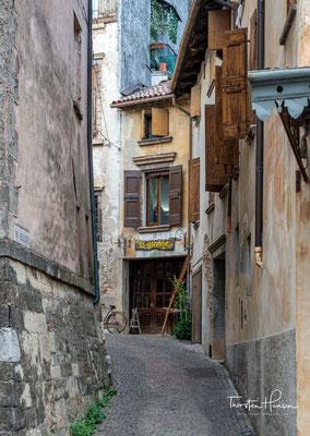 Asolo, das von Giosuè Carducci als die Stadt der hundert Horizonte definiert wurde, hat eine der bezauberndsten Altstädte von ganz Italien.