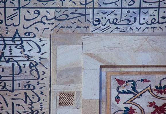 Eine weit verbreitete Legende besagt, dass ursprünglich ein gleiches Bauwerk aus schwarzem Marmor als Mausoleum für Shah Jahan auf der anderen Seite des Flusses Yamuna geplant war, das aber nicht verwirklicht wurde.