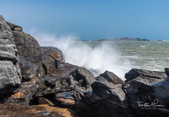 Blick von der Lüderitz-Halbinsel auf Halifax Island. Die Insel gehört zur Inselkette der Penguin Islands und ist bekannt als Guanoinsel, da hier noch bis 1949 Guano abgebaut wurde.
