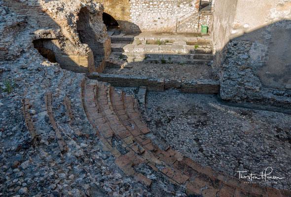 Es war gegen die Längsseite eines griechischen Tempels gebaut, der als Bühnenrückwand diente.