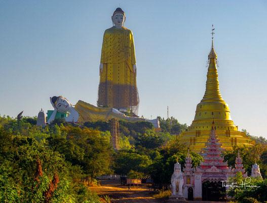 Dem stehenden Buddha zu Füßen liegt die Bodhi Tataung – Statue, welche symbolisch den Zeitpunkt darstellt, zu welchem Buddha kurz vor seinem Eintritt ins Nirwana stand.