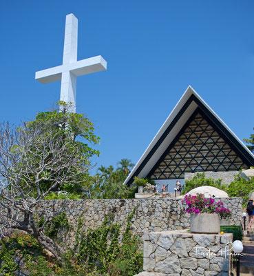 Neben der Capilla de la Paz - der Kapelle des Friedens,  erhebt sich ein 42 Meter hohes Kreuz, das von jedem Punkt des Hafens aus sichtbar ist und sich in einem der höchsten Gebiete von Acapulco (402m) befindet
