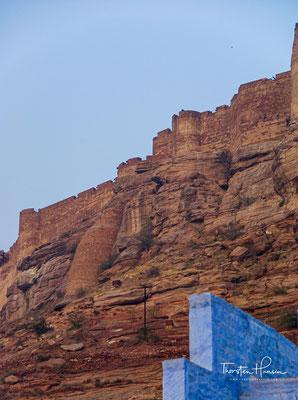 Das Plateau hat drei Bereiche: den Palast im Nordwesten, eine große Terrasse östlich des Palastes und den stark befestigten Teil im Süden.