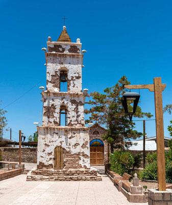 Der Glockenturm von San Lucas in Toconao steht auf der Plaza de Armas
