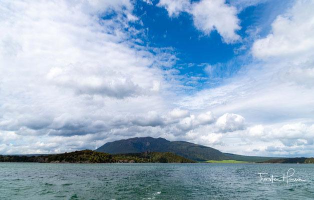 Lake Rotomahana mit dem Mount Tarawera im Hintergrund. Der See zählt zu dem größeren Komplex der Okataina-Caldera, einem Vulkan, der in den letzten 10.000 Jahren sechs größere Eruptionen hatte.