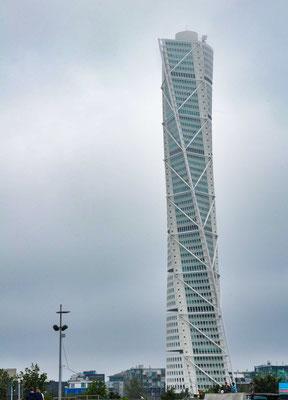 Der Turning Torso in Malmö ist mit einer Höhe von 190 Metern und 54 Etagen ist das Gebäude der höchste Wolkenkratzer Skandinaviens und das dritthöchste Wohngebäude Europas. Es wurde am 27. August 2005 eingeweiht.