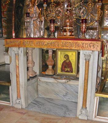 Unter dem Altar,  befindet sich die Stelle, an der man auf den Fels hinunter greifen kann, auf dem das Kreuz Christi stand.