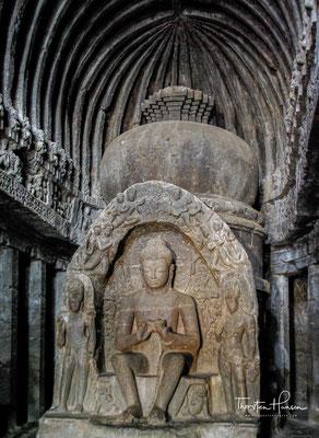 Die einzige zu Kultzwecken dienende Chaitya-Halle in Ellora aus dem 5. oder 6. Jahrhundert hat einen offenen Hofbereich und drei Eingänge.