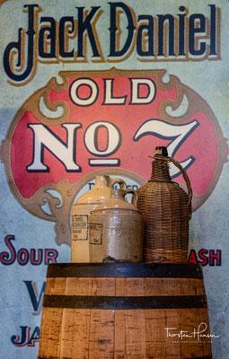Ursprünglich wurde Jack Daniel's, wie anderer Bourbon Whiskey auch, in Fässern oder Tonkrügen mit Korkverschlüssen verkauft.