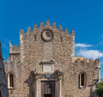 Der Dom San Nicolò, auch Festungskathedrale genannt, liegt im Zentrum Taorminas und wurde im 15. Jahrhundert auf den Ruinen einer kleineren Kirche aus dem frühen Mittelalter erbaut.