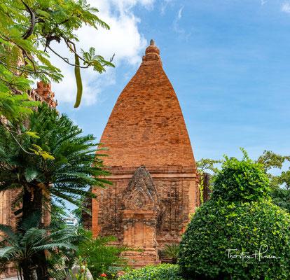 Die in der Tempelanlage verehrte Göttin hat viele Namen. Sie ist im Zusammenhang zu sehen mit der Kultur der Khmer, die ihren Höhepunkt in Angkor Wat findet.