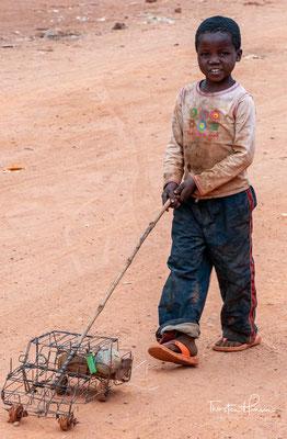 Doch Sambias Reichtum, das Kupfer, konnte weder durch Südrhodesien per Bahn exportiert werden (UNO-Sanktionen gegen die dortige Revolte der weißen Farmer gegen Großbritannien), noch erbrachte es bei stark sinkenden Weltmarktpreisen für Kupfer hohe Einnahm