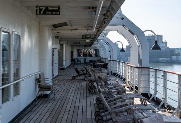 Tagsüber stellt es als Museumsschiff eines der Besucherschwerpunkte im Rotterdamer Tourismussektor dar.
