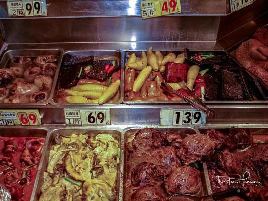Sie werden nur in speziellen Feinschmeckerrestaurants als Traditionelle Chinesische Medizin verkauft, da z. B. der Hund gegen Erkältungen helfen soll. Sie sind jedoch laut Gesetz verboten.