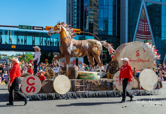 Die Calgary and District Agricultural Society wurde 1884 gegründet, um die Stadt zu fördern und die Landwirte und Viehzüchter aus dem östlichen Kanada zu ermutigen sich nach Westen zu bewegen.