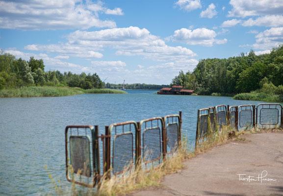 Flussbahnhof in Prypjat mit gesunkener Fähre