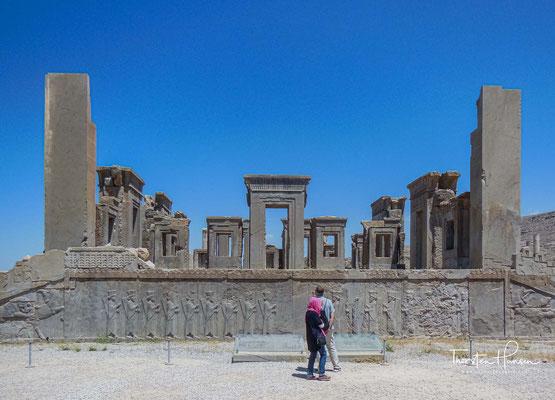 Der größte Palast in Persepolis ist der Apadana-Palast, der von Dareios I. um 515 v. Chr. erbaut und von den Nachfolgern erweitert wurde.