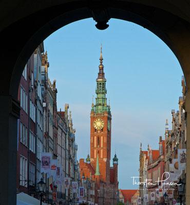 Blick durch das Langgasser Tor in Danzig (auch Goldenes Tor, poln. Złota Brama). Das Tor liegt am westlichen Ende der Danziger Langgasse.