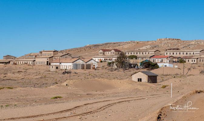 """1920 hielt man die Diamantenlager um Lüderitz für erschöpft und verkaufte die Schürfrechte an Ernst Oppenheimer. Dieser gründete das Unternehmens """"Consolidated Diamond Mines of South West Africa"""", welches später von der De Beers Gruppe übernommen wurde."""