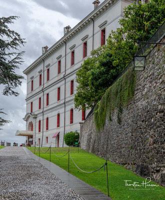 Die ursprünglichen römischen Bäder wurden ebenso ausgegraben wie die ursprünglichen Rohre des Aquädukts, die Wasser aus drei nahe gelegenen natürlichen Quellen lieferten. Diese Quellen versorgen die Burg noch heute mit Wasser.