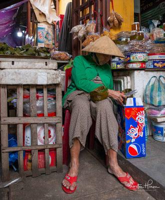 Der Meeresfrüchtemarkt befindet sich getrennt vom restlichen Markt direkt am Fluss und ist nur mit Planen vor dem Sonnenlicht geschützt