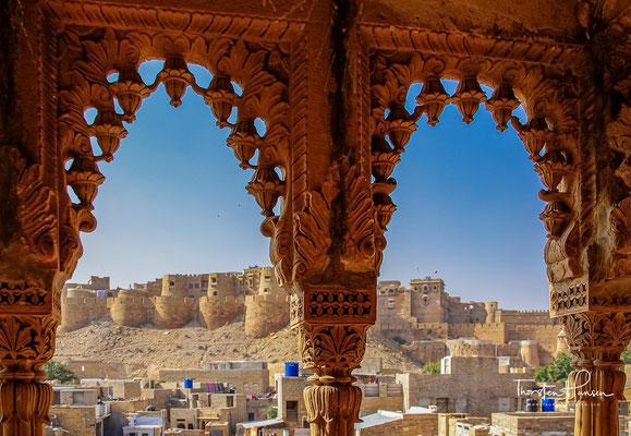Zum Schutz gegen die Sonnenglut reihen sich vierstöckige Havelis in engen Gassen; ihre herrlichen, goldgelben Sandsteinfassaden verraten Wohlstand und Kunstsinn.
