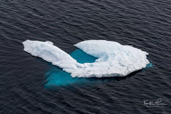 Der Antarktische Eisschild (auch Antarktisches Inlandeis) ist eine der beiden polaren Eiskappen. Er ist die größte eigenständige Eismasse der Erde und bedeckt den antarktischen Kontinent (Antarktika) nahezu vollständig.