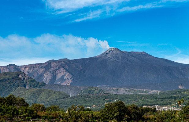 Der Ätna (italienisch Etna oder auch Mongibello) ist mit rund 3323 Metern über dem Meeresspiegel der höchste aktive Vulkan Europas.