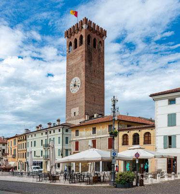 Bassano del Grappa, Piazza Giuseppe Garibaldi mit dem 43 m hohen Torre Civica, einem Bestandteil der im 13. Jahrhundert errichtenen zweiten Verteidigungsanlage.