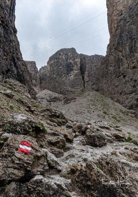 Im untere Teil des Weges ist sehr mühsam zu begehen mit viel steilem Geröll und Schotter, im oberen Teil beginnen die drahtseilgesicherten Felsen.