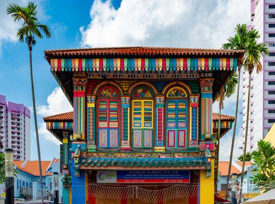 Sri Veeramakaliamman Temple (Sri Veeramakaliamman-Tempel) wurde 1881 von namhaften bengalischen Handwerkern erbaut und ist der hinduistischen Göttin Kali, der Gemahlin von Shiva, gewidmet