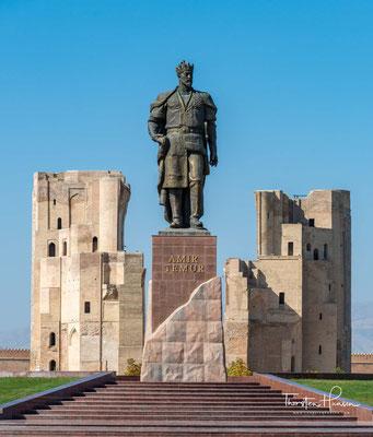 Timur wurde in der Nähe von Kesch geboren, wie Shahrisabz damals hieß, und wollte die Stadt anstelle von Samarqand zur Hauptstadt seines Reiches ausbauen. Daher ließ er hier einen gewaltigen Palast errichten.