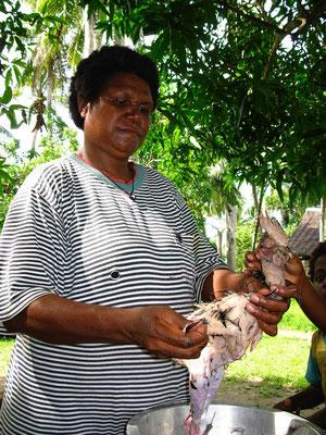 Hühnchenrupfen im Dorf Korogo