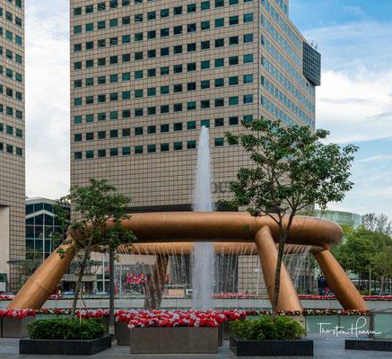 Der Springbrunnen des Reichtums (englisch Fountain of Wealth, chinesisch 財富之泉 / 财富之泉, Pinyin cáifù zhī quán) ist im Guinness-Buch der Rekorde von 1998 als der größte Brunnen der Welt eingetragen.