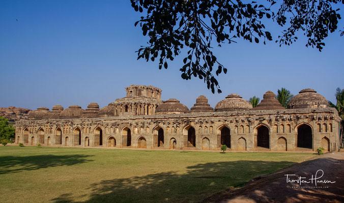 Die Elefantenställe. Es gibt 11 gewölbte hohe Kammern; Einige von ihnen sind miteinander verbunden. Das mittlere ist speziell dekoriert und groß. Wahrscheinlich hatten die Musiker und die dazugehörigen Bandtruppen dies bei Zeremonien mit Elefantenprozessi