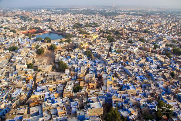 wo sich dem Besucher ein idealer Panoramablick auf Jodhpur bietet und sich die Stadt wie ein blauer Ozean am Fuße des Hügels vor ihm ausbreitet.
